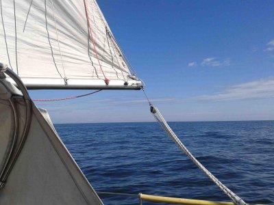 Zum ersten Mal wieder unter Segeln unterwegs und gleich eins auf die Mütze bekommen: Von Mersrags nach Ruhnu