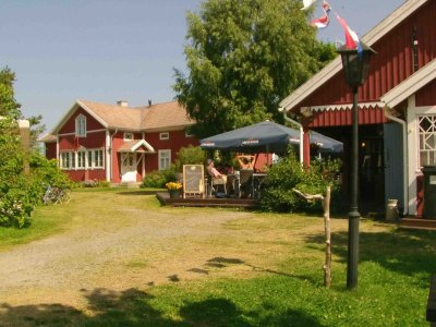 Der Steg und das Hotel Vailhela auf der Schäre Velkuanmaa: ein kleines Idyll