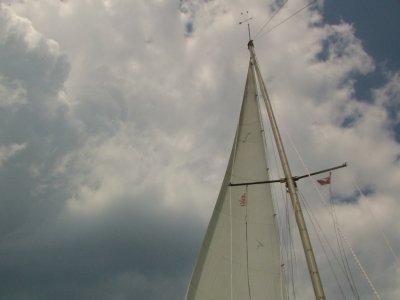 Nach Ruhnu. MISS SOPHIE wettert Windstärke 10 ab.